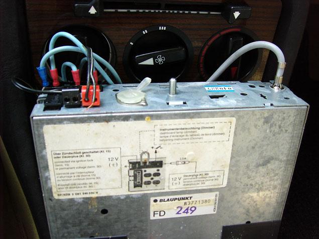 Electrische antenne aansluiten techniek for Antenne autoradio interieur